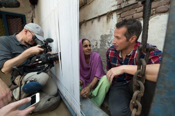 Mariam (Mutter von Salma) und Willi am Teppichwebstuhl, Milik, Indien